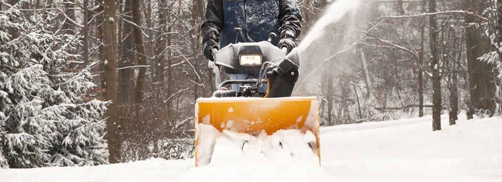 Schneefräse mit Led in Betrieb